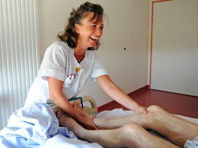 Professionnelle prodiguant des soins à un patient